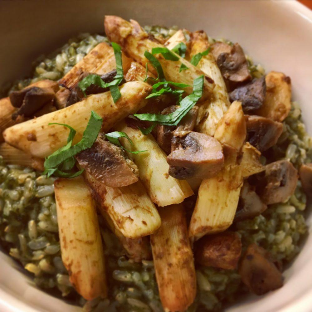 Recette végane sur plantastique.com d'un riz aux épinards avec asperges et champignons au four