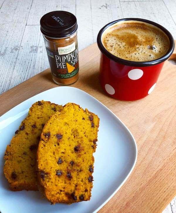 Image du pumpkin cake servi avec café